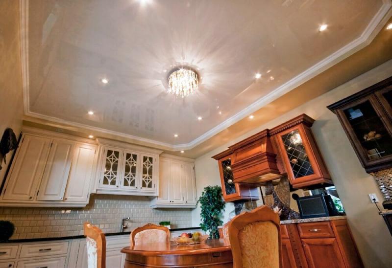Глянцевый потолок в интерьере классической кухни