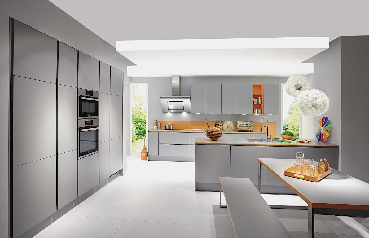 Интерьер серой кухни в сдержанных тонах выглядит не только стильно, но и по-домашнему уютно