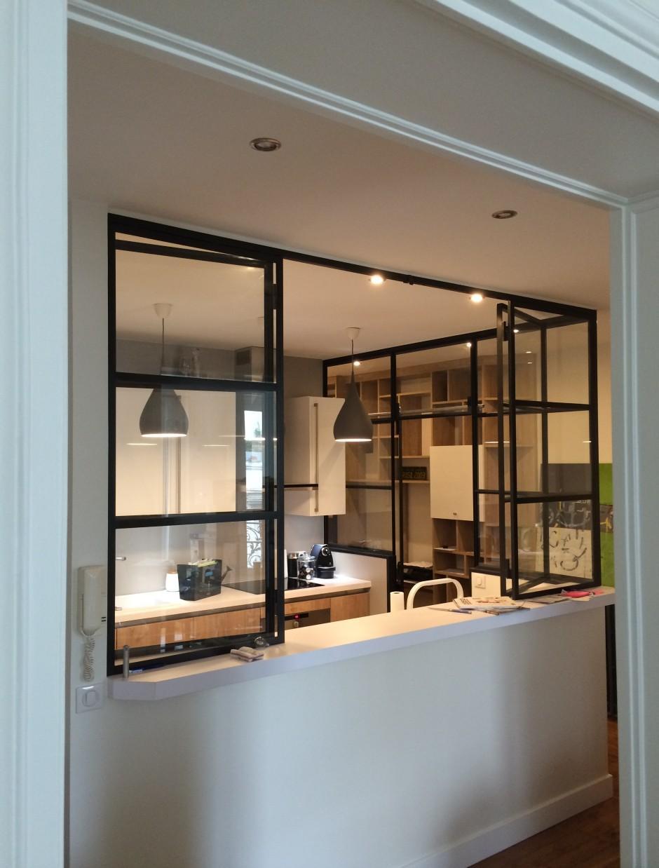 Зонирование гостиной и кухни черной перегородкой