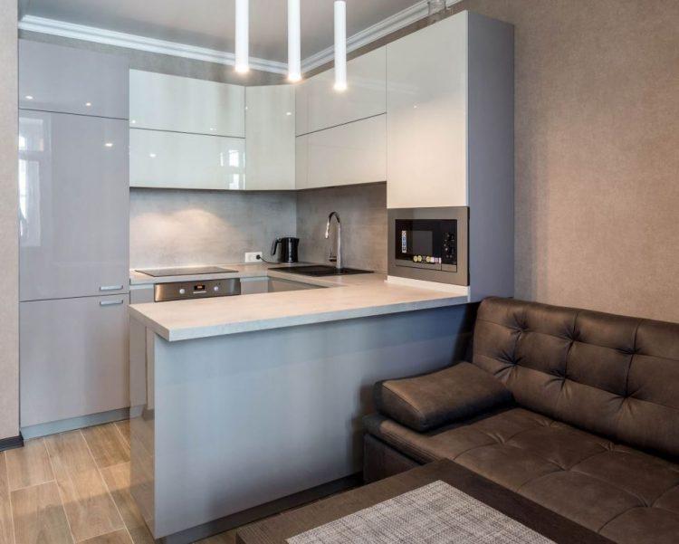 Дизайн кухни в студии с С-образным гарнитуром