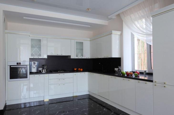 Дизайн кухни фото черно белая