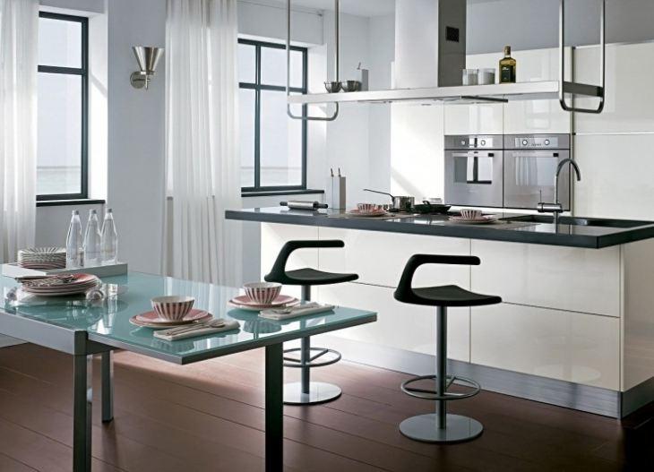 Кухня с черно белыми обоями
