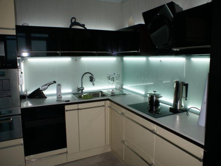 Фартук для кухни из прозрачного стекла