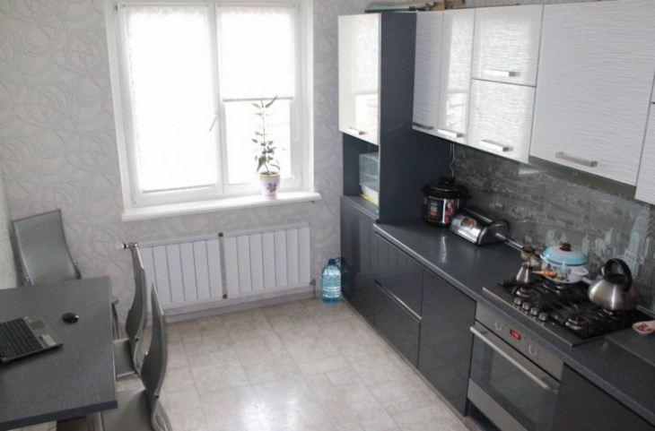 Дизайн кухни с черно белым полом