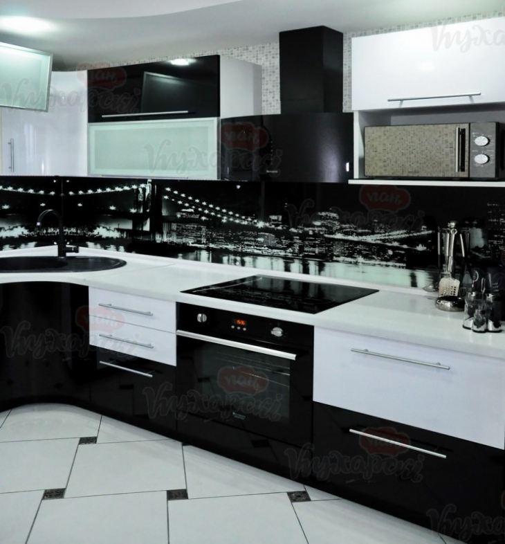 Интерьер кухни с черно белым гарнитуром фото