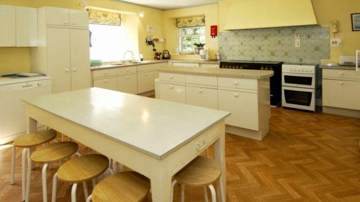 Желтые стены на кухне в интерьере