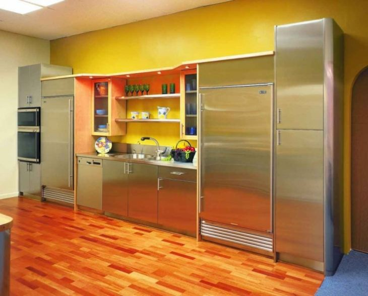 Серая кухня желтые стены