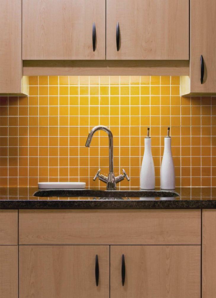 Дизайн кухни с желтым фартуком фото