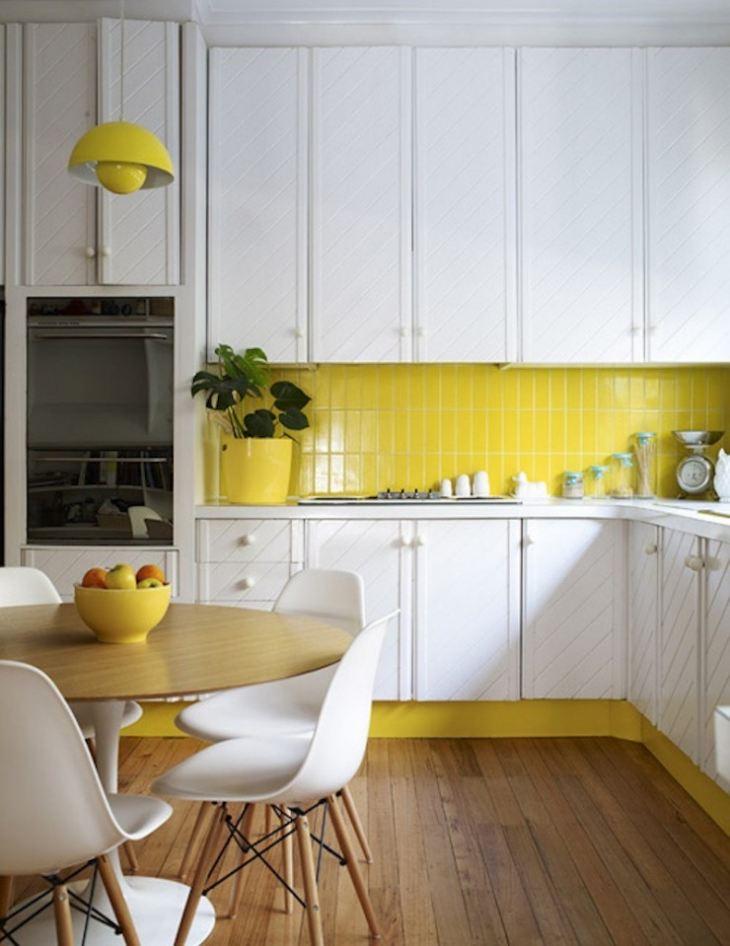 Белая кухня с желтым фартуком фото