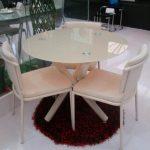 Круглый стол в маленькой кухне фото