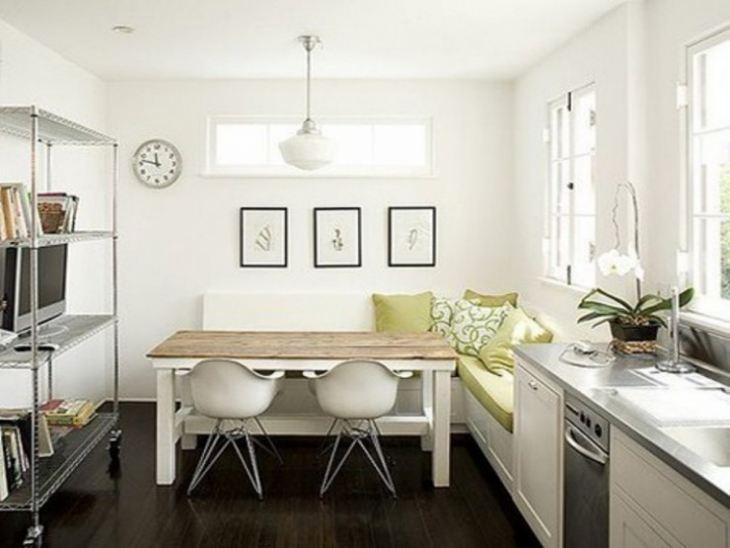 Обеденный стол на маленькой кухне