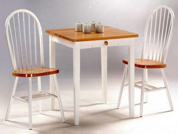 Небольшой обеденный стол для кухни