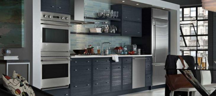 Синий гарнитур на кухне фото