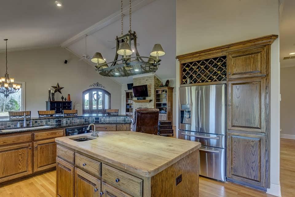 Люстра над столом на кухне