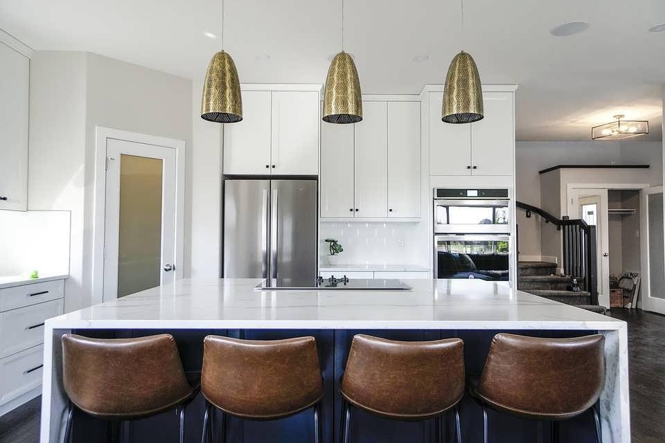 Светильник над столом на кухне