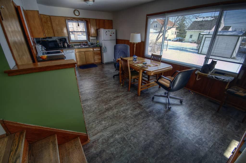 Серый ламинат на кухне
