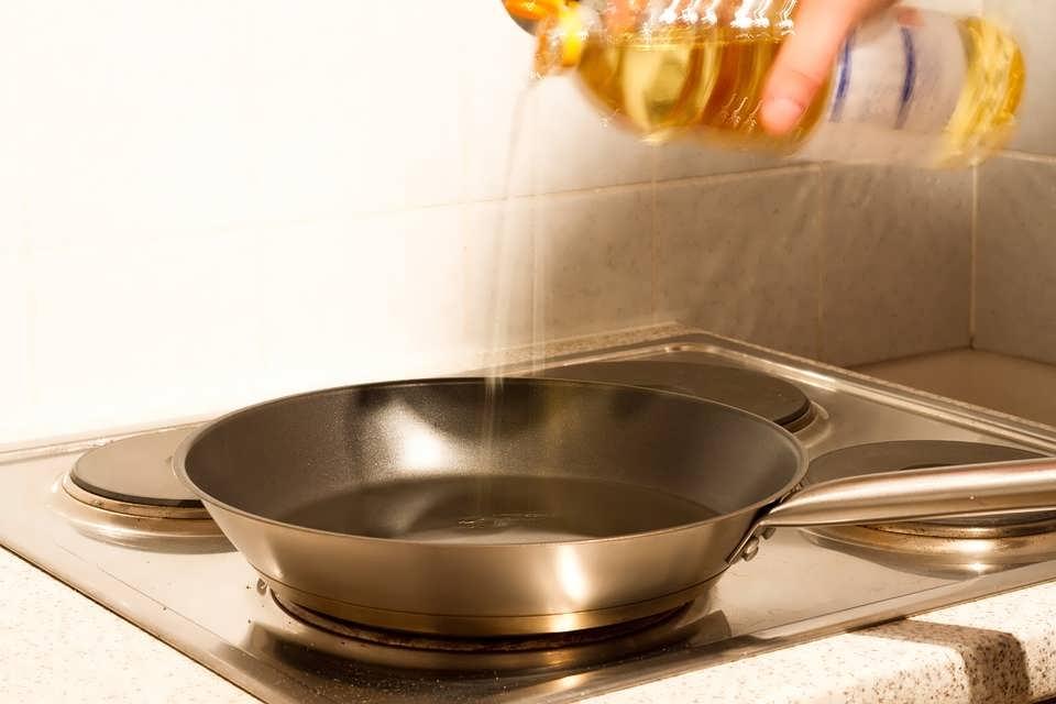 Очистить сковороду от нагара за 2 минуты