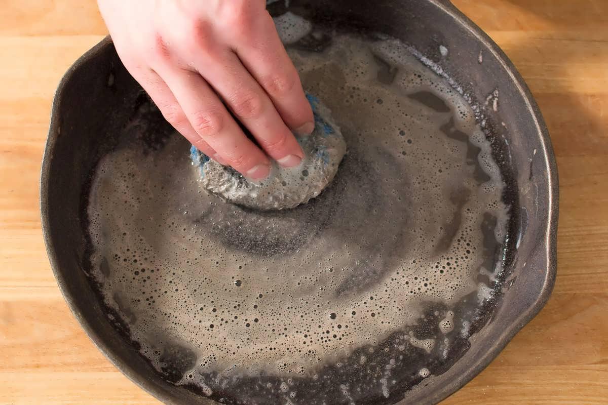 Как очистить старую сковороду