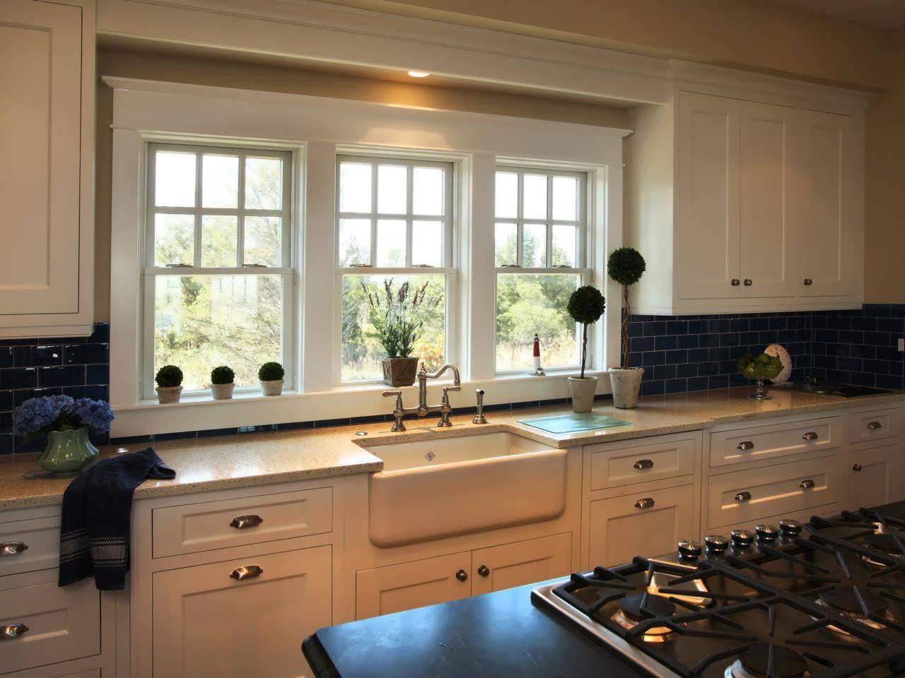 Мойка у окна на кухне