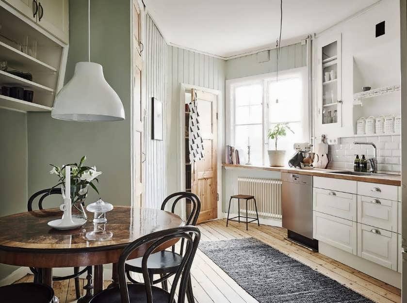 Кухня со столешницей у окна