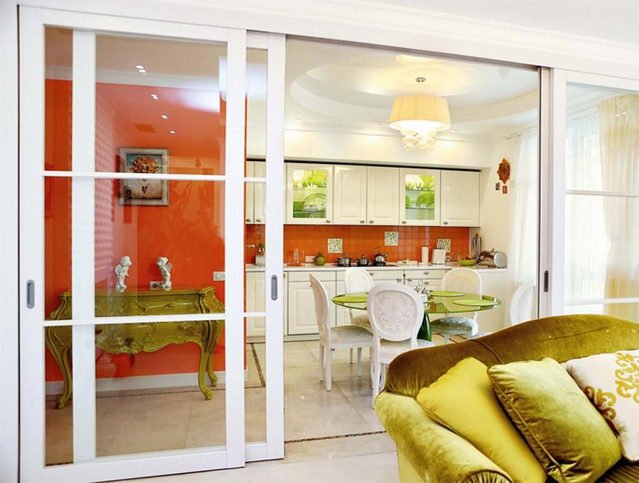 раздвижные двери между кухней и гостиной