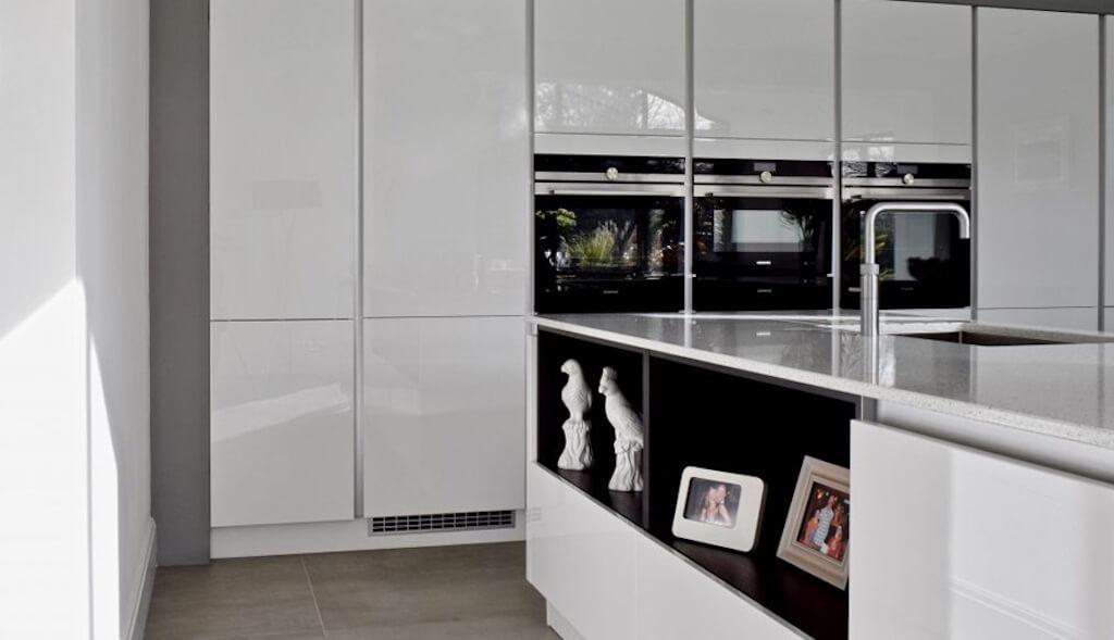 серая глянцевая кухня