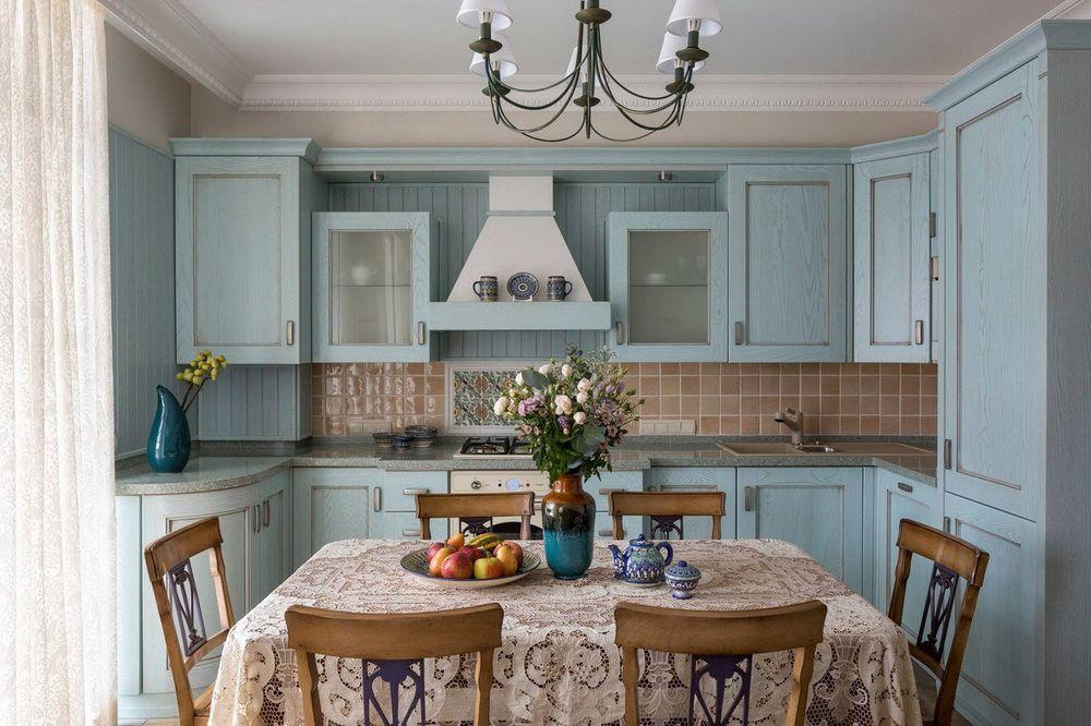 кухня с персиковыми стенами