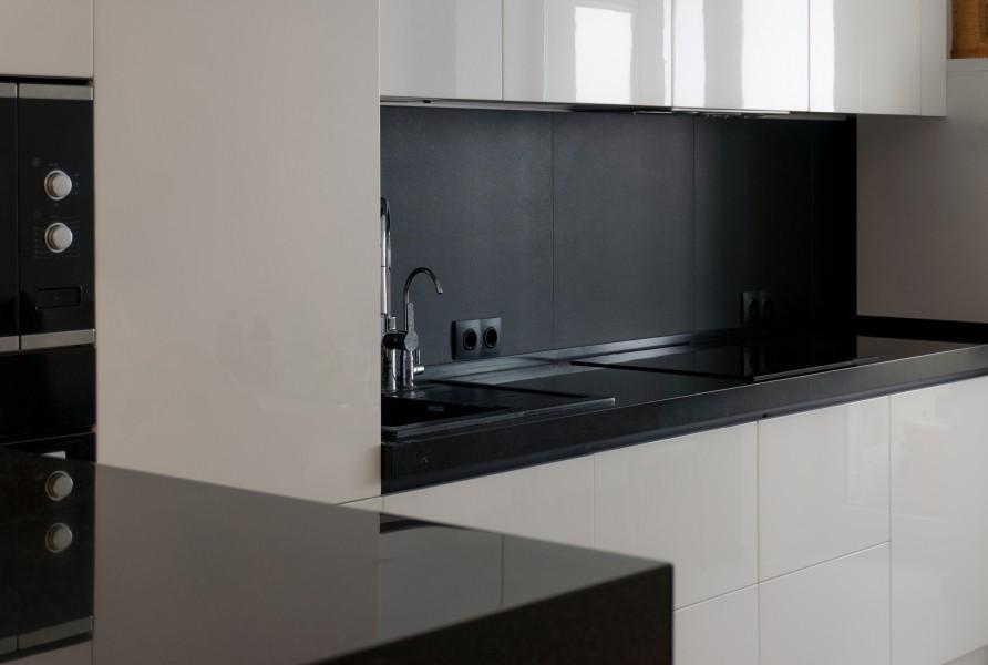 темная столешница на кухне