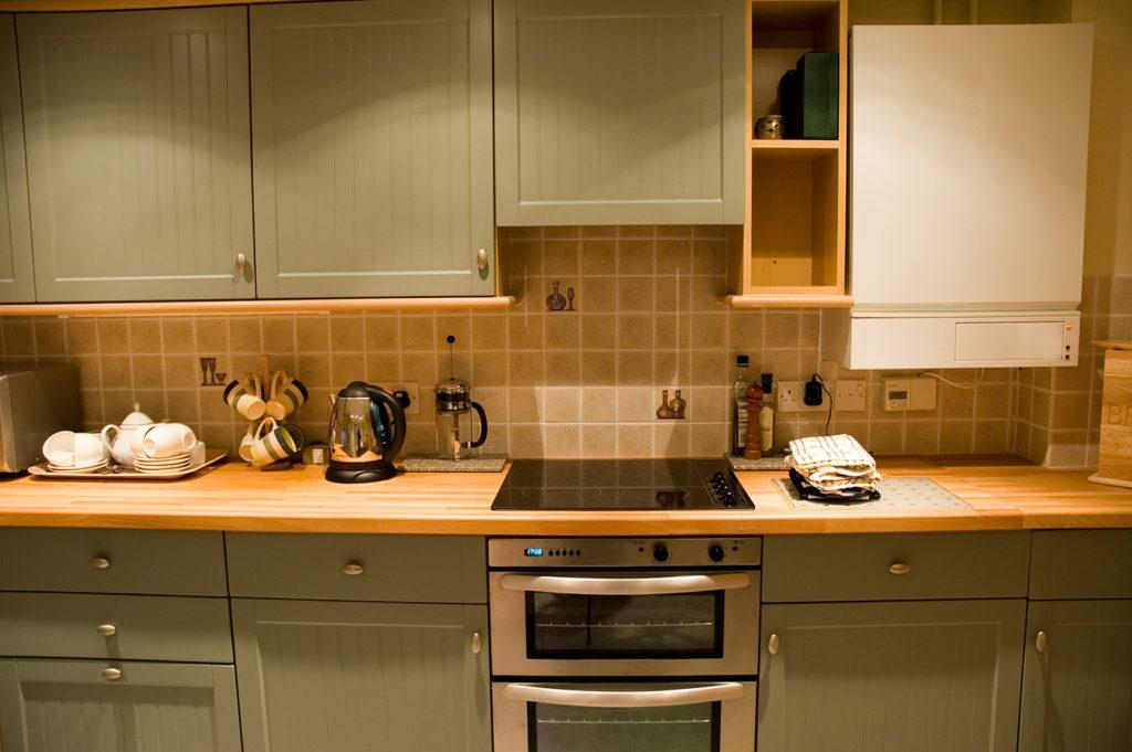дизайн маленькой кухни с газовой колонкой