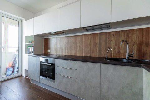белая кухня с серой столешницей и фартуком