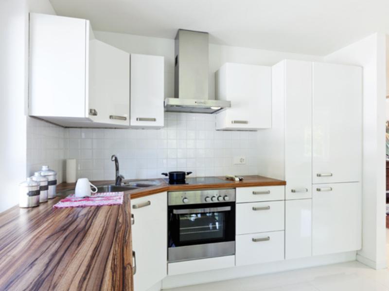 кухня белая с черной столешницей