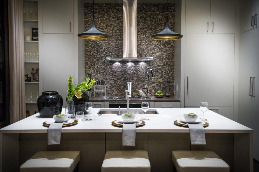 светлая кухня с темной столешницей