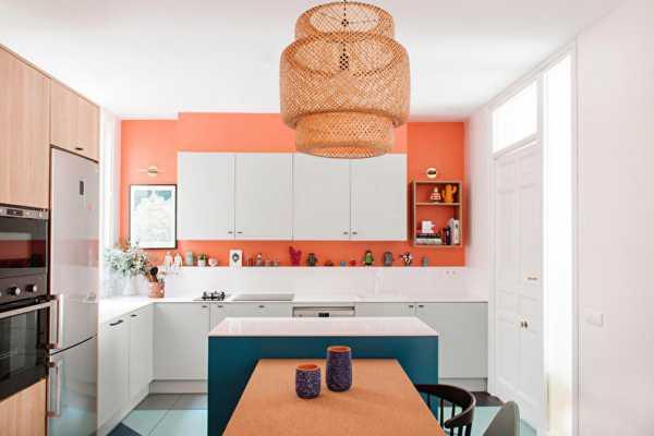 кухня с персиковыми обоями