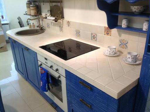 как клеить фартук из керамогранита на кухне