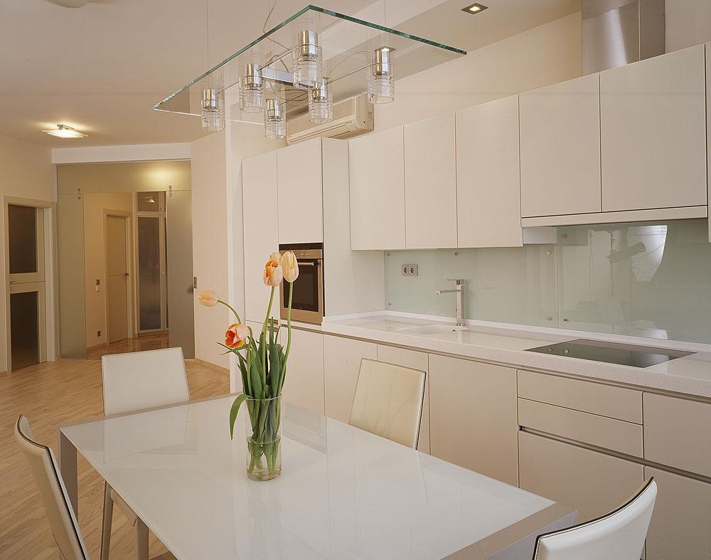 белый фартук на кухне фото