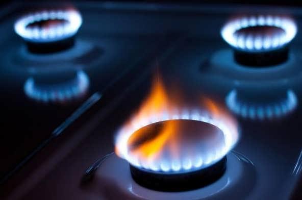газ горит оранжевым пламенем