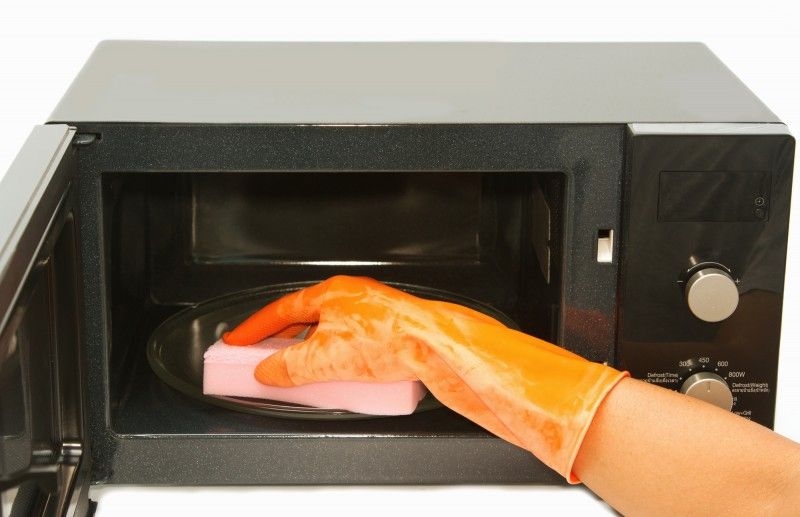 Как очистить микроволновку внутри