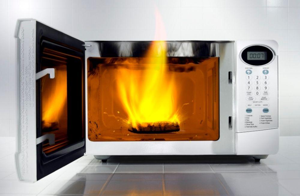 микроволновая печь искрит внутри причины
