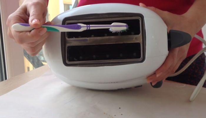 читска тостера зубной щеткой
